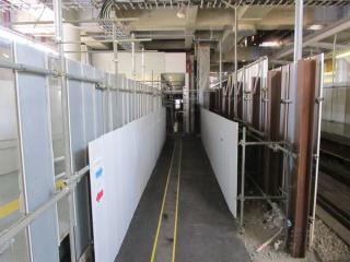 上り線ホームへ向かう通路は地上の旧下り線・仮設改札口通路を横切って設置された。
