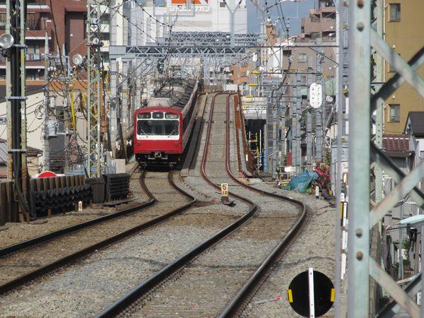 六郷土手駅から切替地点を見る。平和島駅側と同様S字の急カーブになっている。