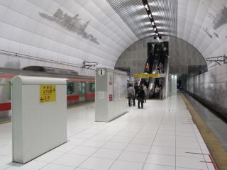 みなとみらい線元町・中華街駅。みなとみらい線は独特なデザインの駅が多い。