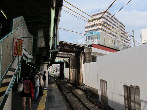 小田急線下北沢駅の上をまたぐ京王井の頭線