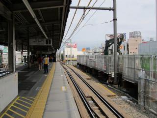 京王井の頭線ホーム。左奥にある階段は小田急線下りホームへ向かう乗り換え通路で、今後廃止される。