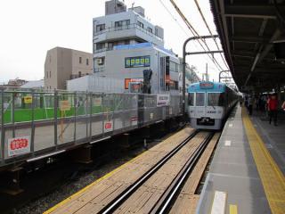 京王井の頭線ホーム脇の作業台。作業台の背後にあるコンクリート打ちっ放し状態の物体は小田急線の地下駅に関連する物(換気塔?)であると思われる。