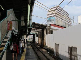 ホーム上部を交差する京王井の頭線