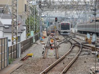 代々木上原駅のホーム端から小田原方面を見る(下り線側)。残存していた分岐がすべて撤去され、新たにシーサスクロッシングの敷設が始まった。