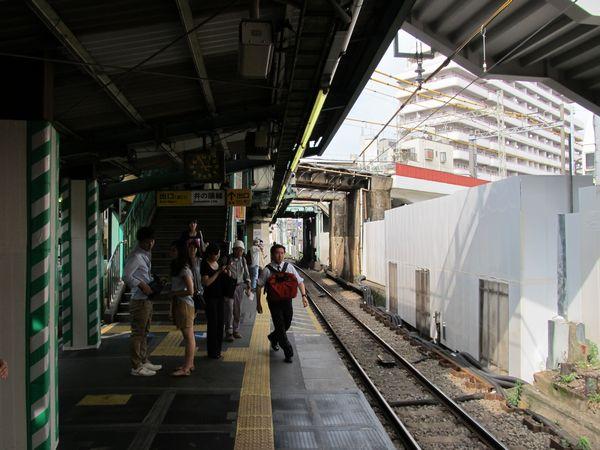 下北沢駅の小田急線下り線ホーム。ホームの新宿寄りを京王井の頭線がオーバークロスする。