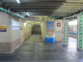 小田急線上りホームと京王井の頭線ホームの連絡階段。正面の階段を上り、左に曲がると京王井の頭線ホームに出る。階段を上って正面に進むと小田急の改札口に出る。ここには写っていないが、左側にももう1つ連絡階段がある。