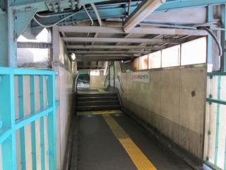 小田急線下りホームと京王井の頭線ホームの連絡階段。1段高くなっている部分から左に曲がると京王井の頭線ホーム渋谷方の端に出る。