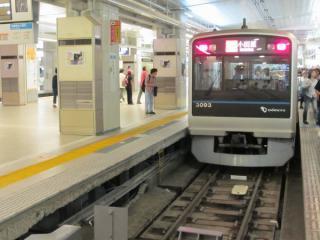 小田急線新宿駅5番ホーム。ホーム下にホームドア用のケーブルラックの設置が進む。