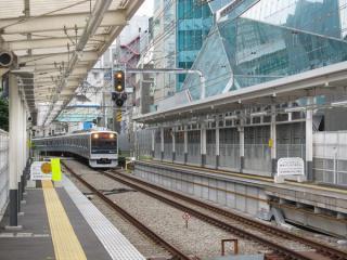 新宿方へ2両分のホーム延長が完了した南新宿駅
