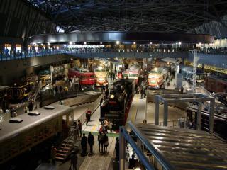 鉄道博物館の全景。手前は来館者が運転をしながら信号システムの仕組みが理解できるミニ列車。