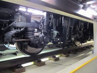 軸箱を囲む板ばねが特徴的なIS式台車