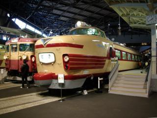 交直流急行電車455系クモハ455-1(左)と直流特急電車181系クハ181-45(右)
