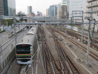 百反歩道橋から大崎駅構内を見下ろす。