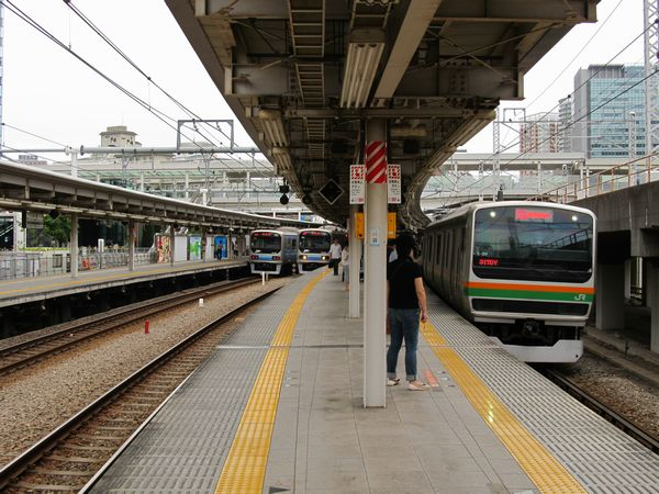 大崎駅のホーム。右から順に5、6、7、8番線。
