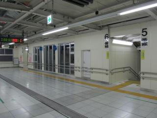 南改札口側の5~8番線の通路は開業後に階段を増設している。