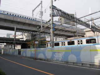 山手貨物線下り線に並行して大崎駅構内へ入る「構内専用」の送電線。