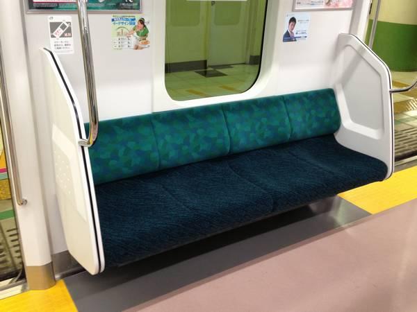 座席モケットは山手線E231系500番台に似た緑色系。