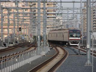 1・2番線ホームから池袋方を見る。東京メトロ10000系は下り緩行線(2番線)から急行線(1番線)に転線中。