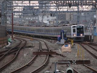 留置線と上り本線の間には29日から使用する線路の一部が準備されている。