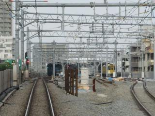 高架橋に上がりきると下り線(右)が急曲線で離れ、石神井公園駅に進入する。