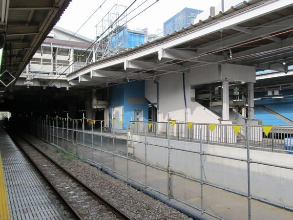 7・8番線ホームの横浜寄り。7番線側は金属柵が設置されている。