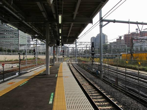 9・10番線ホーム端から横浜方面を見る。右の8番線は9番線のシーサス手前で合流。