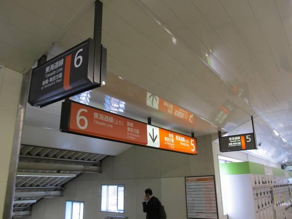 東海道線ホーム6番線の案内板はシールが二重貼りされており、2枚目はグレー1色になっている。