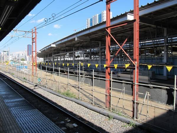 6番線から見た7・8番線ホームの東京寄り。屋根の取り付けも完了した。