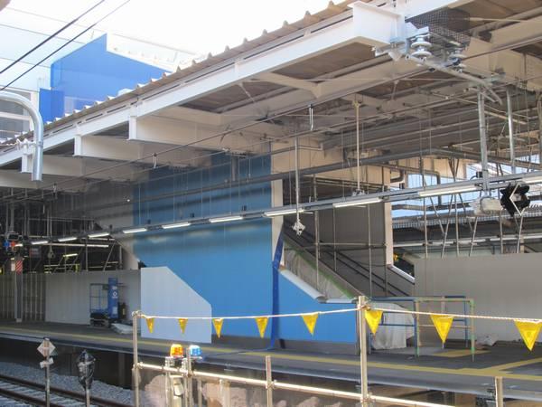 8番線から見た7・8番線ホームの東京寄りの階段。9~12番線と比べると幅は狭い。