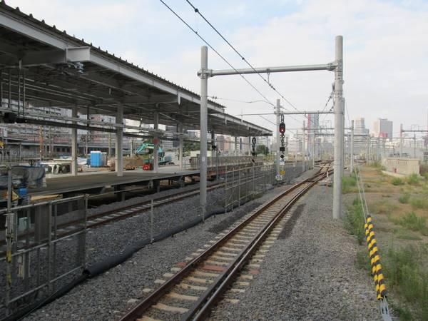 9番線から7・8番線ホームの東京寄りを見る。7・8番線は車両基地側に大きく飛び出している。
