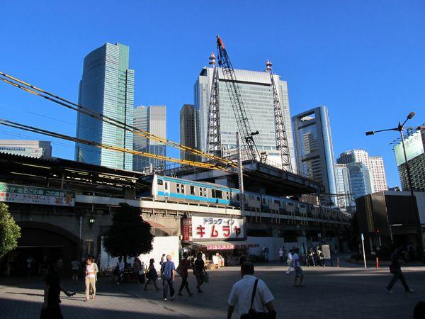 SL広場から建設済みの作業台を見る。