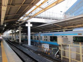 東海道線上り(2番線)・京浜東北線南行(3番線)上空にも作業台が設置された。