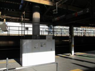 東海道線(1・2番線)ホームにも同様の支柱が設置された。