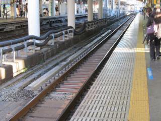 工事桁が設置された京浜東北線南行(3番線)の線路。
