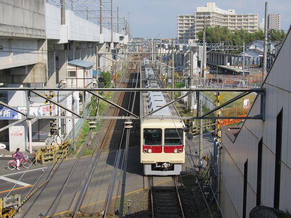 北初富駅の橋上駅舎から新鎌ケ谷駅方向を見る。左の高架橋は北総線。右奥に建設中の仮設ホームが見える。