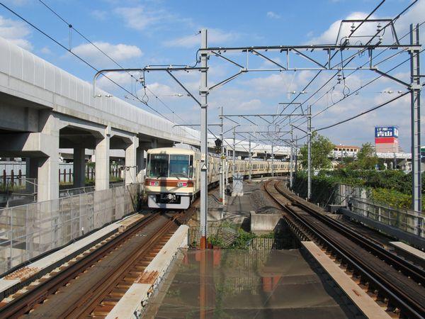 新鎌ヶ谷駅を出発する下り列車。高架橋は前回調査時にほぼ完成済みとなっており大きな変化はない。