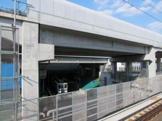 桁の架設が完了した東武野田線の交差部分。