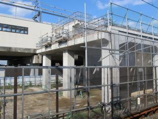 未完成部分の高架橋断面。上部にはホームの基礎が設置済みとなっている。