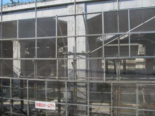 高架下には階段の基礎が設置されている。