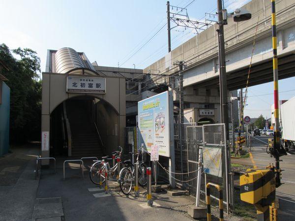 参考までに2012年10月20日に撮影した移転前の北初富駅旧駅舎。