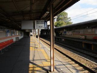 北初富駅のホーム。仮線切替が近いため、案内板類は古いフォーマットのままとなっている。