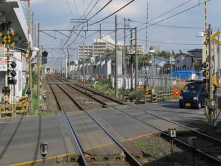 津田沼寄りの道路を挟んだ場所に建設中の仮設ホーム。左奥に途切れた高架橋が見える。