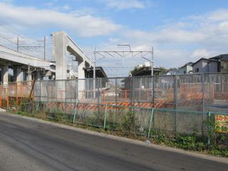 道路から建設中の仮設ホームを見る。左側のホームに沿って高架橋の橋脚も一部建設済みとなっている。