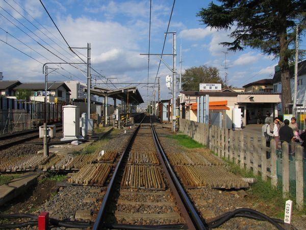 初富1号踏切から初富駅構内を見る。