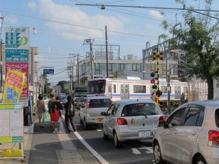 初富駅南側にある県道57号線の初富1号踏切。