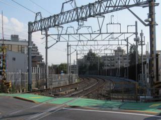 初富1号踏切南側の仮線は「ザ・プライス鎌ヶ谷店」の跡地に敷設されている。
