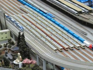 中央に並ぶ8000形と8800形。脇をスカイライナーAE形が駆け抜ける。
