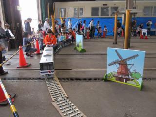 8900形のミニ電車。右の風車は佐倉ふるさと広場をイメージしたもの?