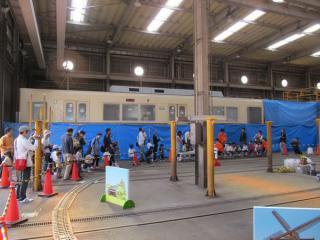 ミニ電車の奥では8800形の先頭車化改造が進行中だった。