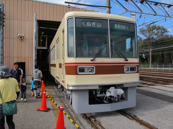 工場建屋内に停車中の8800形は休憩所・車掌体験に使用されていた。